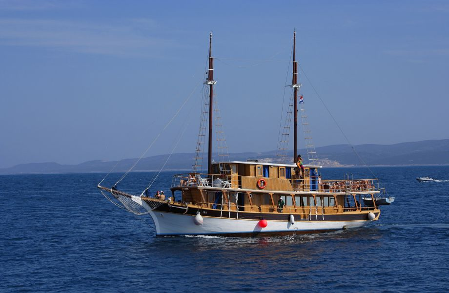 Oldtimer Ika, with Maestral Travel Agency
