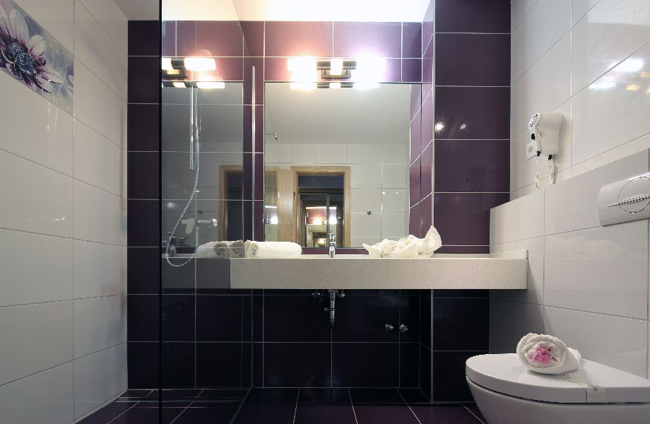 Velaris bathroom with Maestral Travel Agency